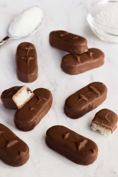 Homemade almost Raw Bounty Bars that taste just like the real thing. They're vegan, paleo, and the filling only consists of five ingredients. Best Gluten Free Desserts, Raw Vegan Desserts, Raw Vegan Recipes, Vegan Breakfast Recipes, Vegan Sweets, Vegan Snacks, Healthy Snacks, Healthy Recipes, Paleo Nutrition