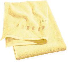 Die unifarbenen Handtücher »Solid« der Marke Esprit Home sind aus 100% Baumwolle hergestellt und dadurch kuschelig weich und extrem saugstark. Aufgrund des zeitlosen Designs und der großen Farbauswahl sind die Handtücher perfekt kombinierbar. Die hochwertige Verarbeitung, der Abschluss mit Webband-Einfassung und das kontrastfarbig aufgestickte Logo am Ende der Tücher machen diese zu einem langj...