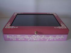 Minha Amiga Quem Fez. Caixa para relógios em MDF. Pintura marmorizada, aplicação de textura com stencil. 12 divisórias quadradas, visor em vidro e flocagem interna em preto. Para relógios ou jóias.