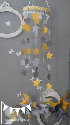 Mobile suspension étoiles gris clair jaune et gris foncé - décoration chambre bébé enfant fille garçon : Jeux, peluches, doudous par la-fabrique-a-reves
