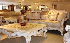 İki kanepe ve iki berjer ile oluşturulmuş koltuk takımı, aynı motifler ile süslemiş oyma sehpa takımı ile desteklenmiş. http://www.asortie.com/koltuk-116-Sah-Klasik-Koltuk-Takimi