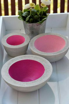 DIY Schalen aus Beton selber machen - als farbiger Akzent oder doch lieber mit Metallic- Farben? You are in the right place about Cement ideas Here we offer you the most beautiful pictures about the C Concrete Crafts, Concrete Projects, Concrete Design, Home Crafts, Diy And Crafts, Cement Art, Cement Planters, Cement Color, Cement Garden