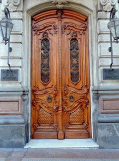Porta do Palácio Heber Uriarte, construído entre 1896-1897 pelo arquiteto Alfredo Massue. Hoje abriga o Museu do Gaúcho e da Moeda em Montevideu, Uruguai.