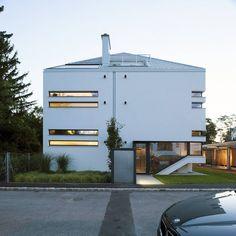 In einer Villengegend in Maria Enzersdorf entstand ein elegantes, modernes Mehrfamilienhaus, das mit cleveren Ideen und Details überzeugt.