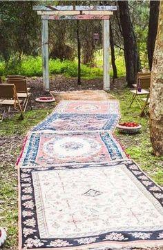 定番の赤や白のではないエスニックな絨毯で味のあるセレモニーに。