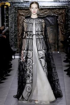 Valentino Spring 2013 Couture - Runway Photos - Fashion Week - Runway, Fashion Shows and Collections - Vogue Valentino Couture, Valentino Dress, Valentino Paris, Versace Dress, Valentino Black, Valentino Garavani, Haute Couture Style, Spring Couture, Couture Week