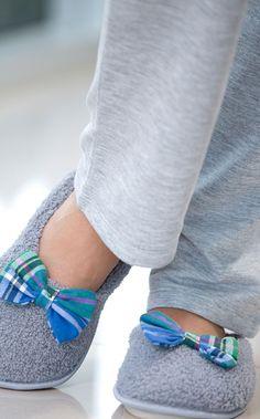 TIAN. Pantufa com solado antideslizante personalizado. Totalmente de pelúcia e com laço artesanal de flanela xadrez.