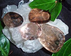 NEFERTITIS BLOG : Zablokujte negativitu okolo vás pomocí léčivých kamenů Minerals And Gemstones, Rocks And Gems, Sweet, Gem Stones, Blog, Fossils, Chakras, Shells, Psychology
