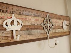 Un perchero hecho con metros de madera, de los que se utilizan para medir telas. Que idea más interesante y fácil de hacer
