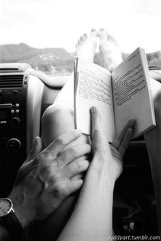 piernas leyendo libros de amor