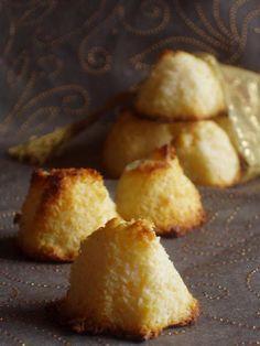 COQUITOS Ingredientes: 250g de coco rallado. 1 bote pequeño de leche condensada. 2 huevos. Preparación: Separar las claras de las yemas. Montar las claras y reservar. En un bol batir las yemas con el coco y la leche condensada. Añadir las claras y mezclar con cuidado para que la mezcla no baje. Poner pequeños montoncitos de la masa sobre una bandeja de horno. Hornear a 150º hasta que estén dorados.