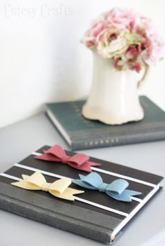 Learn how to make beautiful felt bow bookmarks. These make a wonderful DIY Mother's Day gift or teacher gift. So easy to make and very inexpensive! Dollar Store Crafts, Crafts To Sell, Dollar Stores, Diy Mothers Day Gifts, Gifts For Teens, Diy Bookmarks, Book Markers, Felt Bows, Pencil Toppers