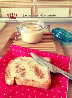 Crema di miele montato | Gnam si mangia. Una crema soffice e spumosa da spalmare sul pane tostato per una colazione golosa e sana.