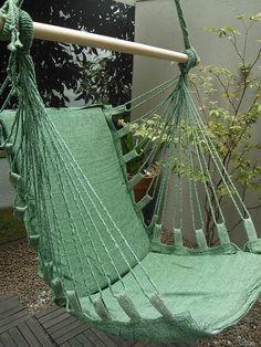 Rede Cadeira em algodão, com espumas removíveis e zíper. Mede 1,40 de altura e 0,90 de largura. Por R$125.
