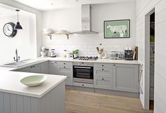 Trendy Kitchen Wall Colors Two Tone Grey Kitchen Walls, Kitchen Wall Colors, Grey Kitchens, Kitchen Tiles, Kitchen Paint, Diy Kitchen, Home Kitchens, Kitchen Decor, Kitchen Cabinets