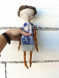 Muñeca con pelo de alpaca y lana merino cosido a mano y vestido de tela de taicero con bordado.  32 cm de AntonAntonThings en Etsy