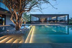 Residência Y / A / O por Octane architect & design - Architecture - Swimming Pool Designs, Swimming Pools, Exterior Tradicional, Architecture Unique, Architecture Jobs, Architecture Background, Courtyard Design, Landscape Lighting, Outdoor Lighting