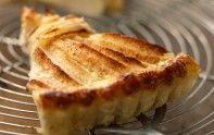 Le chef Cyril Lignac vous propose une recette pour faire une tarte amandine aux pommes et à la cannelle. Plus besoin d'aller à la pâtisserie.