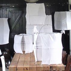 Suspension légère et aérienne en voile de coton et fil de métal.   Diam. 75 x H 120 cm  Chaque pièce est unique et réalisée à la main - Création Mark Eden Schooley