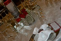 Marcador de mesa, tubular com vela no interior. Argola de guardanapo com marcador de lugar e ementa individual.