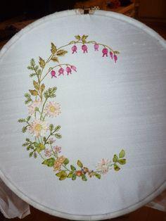 Rubans et fleurs , brodés d'après un modèle de Simone LHOMME