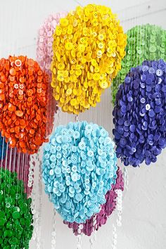 Augusto Esquivel is a Miami-based artist who composes sculptures using hundreds of buttons hanging by wires. Successful creations representing various objects, Cool Buttons, Diy Buttons, Pop Design, Fun Crafts, Diy And Crafts, Arts And Crafts, Button Art, Button Crafts, Esquivel
