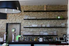 Schöne Wandverkleidung im Eingangsbereich einer Bar mit unseren Riemchen Cäsar Clement Bar, Lighting, Home Decor, Porcelain Tiles, Architectural Materials, Wall Cladding, Entrance, Wall Design, Nice Asses