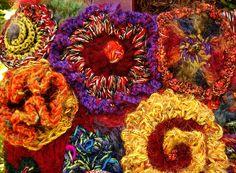 Freeform crochet flowers  ❤ Mettiamoci Una Pezza! Una città ai ferri corti Urban Knitting a L'Aquila, 6 aprile 2012 mettiamociunapezza.wordpress.com/