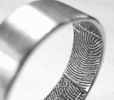 www.delunademiel.es En los matrimonios, muchas parejas estilan grabar sus anillos con sus nombres, fechas o alguna frase. Pero con los Custom Fingerprint Wedding Band le impregnarás a tu anillo lo único que realmente te diferencia del resto de los humanos: la huella digital. ANILLOS UNICOS para un acto UNICO.
