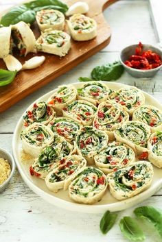 8 ingredient, 15 minute Sun-dried Tomato and Basil Pinwheels! An easy, crowd-pleasing summer-friendly appetizer or snack! 8 ingredient, 15 minute Sun-dried Tomato and Basil Pinwheels! An easy, crowd-pleasing summer-friendly appetizer or snack! Vegan Foods, Vegan Snacks, Healthy Snacks, Vegan Party Food, Vegan Apps, Healthy Eating, Low Calorie Snacks, Vegan Lunches, Vegan Dishes