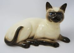 Beswick Siamese Cat Gloss Number 1559 | measures 18.4cm in length - first issued in 1958 - designed by Pal Zalmen - Gloss Finish.