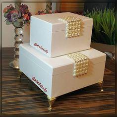 Um presente fino para uma pessoa especial. Conjunto de caixas com detalhes em…