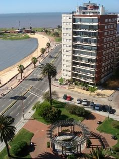 Plaza Tomás Gomensoro en la Rambla del barrio Pocitos, Montevideo, Uruguay.