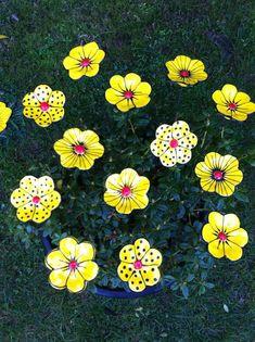 ceramic flowers planted in the Israel museum in Tel Aviv. Ceramic Flowers, Clay Flowers, Fake Flowers, Paper Clay, Clay Art, Ceramic Pottery, Ceramic Art, Ceramic Studio, Soda Can Flowers