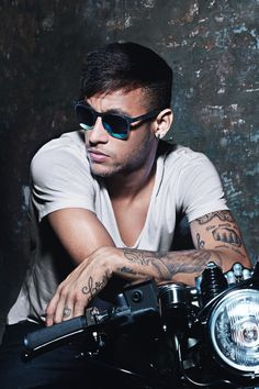 Neymar JR for Police Eyewear Campaign this Spring/Summer 2015 Neymar Jr, Neymar Football, Lionel Messi, Anastasia, Paris Saint Germain Fc, Police Sunglasses, Dani Alves, Ray Ban Wayfarer, National Football Teams