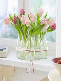 5 simple decoration ideas with tulips and ranunculus- 5 einfache Deko-Ideen mit Tulpen und Ranunkeln Easter Flower Decorations, Table Decorations, Spring Decorations, Diy Decoration, Diy Ostern, Deco Floral, Deco Table, Ikebana, Easter Crafts