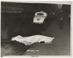 Weegee: Una ragazza salta da un'auto in corsa e viene uccisa, sulla Park Avenue, ca. 1938. Stampa alla gelatina d'argento © Weegee/International Center of Photography International Center of Photography