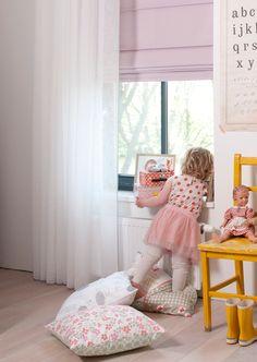 Meisjeskamer   lichte witte vitrage met zachtroze vouwgordijn   #kussens #curtains #cushions #Gardinen #Vorhänge #roze #pink