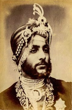 Maharaja Duleep Singh last Maharaja of the Sikh empire, in exile in London. A favourite of Queen Victoria Vintage Photographs, Vintage Photos, Duleep Singh, Maharaja Ranjit Singh, Vintage India, Old Photography, Royal Jewels, Tips Belleza, Queen Victoria