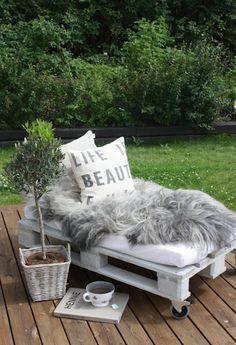 DIY Palettenbank mit Rollen für eine gemütliche Lounge Ecke im Garten. Noch mehr Ideen gibt es auf www.Spaaz.de!