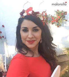 Jessica, invitada boda con look rojo, diadema flores y bolso abanico by malonsilla
