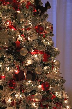 My Holiday Home: Red and White Christmas Decorating Ideas Christmas Tree Top Decorations, Real Christmas Tree, Country Christmas, Christmas And New Year, Christmas Home, White Christmas, Holiday Decor, Merry Christmas, Xmas