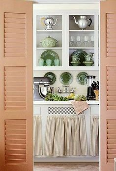 Cute kitchen decor in a vintage apartment kitchen. Like the shutters at the entrance. Cute Kitchen, Vintage Kitchen, Kitchen Decor, Decorating Kitchen, Kitchen Interior, Interior Decorating, Decorating Ideas, Apartment Kitchen, Apartment Design