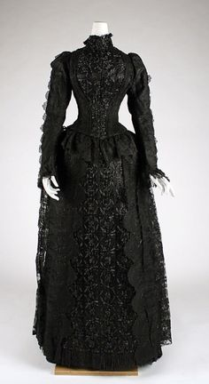 Evening dress The Metropolitan Museum of Art. Probably a mourning dress. 1880s Fashion, Edwardian Fashion, Gothic Fashion, Vintage Fashion, Vintage Gowns, Mode Vintage, Vintage Outfits, Vintage Stuff, Vintage Clothing