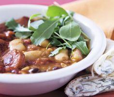 Supergod och smakrik soppa med bland annat kryddig chorizo, potatis, bönor och schalottenlökar. Servera med ljuvliga ört- och vitlökstortillas och rätten är fulländad.