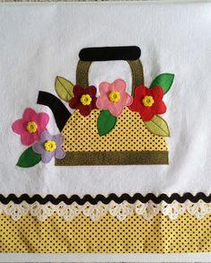 Obrigada pela visita. Pano de prato em tecido 100% algodão. Medida do pano: 70X50 cm. Aplicação e barrado em tecido tricoline, não desbota. Confeccionamos em qualquer cor. Enviamos dentro de um saquinho plástico amarrado com uma fita. Visite nossa loja para conhecer outras cores e modelos. Mug Rug Patterns, Applique Quilt Patterns, Machine Embroidery Applique, Free Machine Embroidery Designs, Applique Designs, Hand Embroidery, Patch Quilt, Quilt Blocks, Quilting Projects