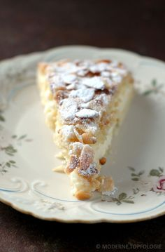 Classic from Italy: Torta Della Nonna (top layer of almonds and pines, va .- Klassiker aus Italien: Torta Della Nonna (Deckschicht aus Mandeln und Pinien, Va… Classics from Italy: Torta Della Nonna (cover layer … - Baking Recipes, Cake Recipes, Dessert Recipes, Mini Desserts, Shortcrust Pastry, Cake & Co, Sweet Cakes, Food Cakes, Cakes And More