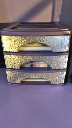 Cassettiera di plastica dipinta e rivestita con carta
