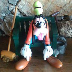 Nu in de #Catawiki veilingen: Disney, Walt - Statue Disney original - Goofy working in the garden