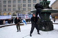 Joona Tuomonen nousi Havis Amandan patsaalle viime viikonloppuna, kun Helsingissä järjestettiin Rajat kiinni -mielenosoitus.